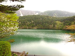 半田山の湖畔